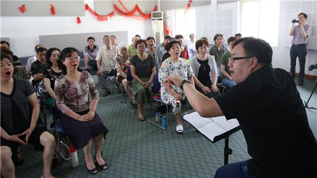 (首席记者 李澄)从全国文化中心到红色革命圣地,从首都北京到1300公里外的浙江嘉兴6月25日,在中国志愿服务联合会的安排下,首都文艺志愿服务联盟来到中国共产党的诞生地浙江嘉兴,为当地观众带来红船向未来等3场公益演出与活动。来自首都的艺术家们将高雅艺术带到嘉兴百姓身边,赢得了当地民众的热烈反响。   本次走进嘉兴慰问演出,是首都文艺志愿服务联盟第一次走出北京开展文艺志愿服务。国家大剧院、国家交响乐团、中央芭蕾舞团、海政歌舞团4家艺术机构,倾情携手北京三高戴玉强、莫华伦、魏松,相声表演艺术家